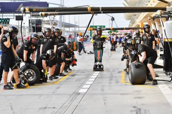 The Haas pit crew prepare for a stop
