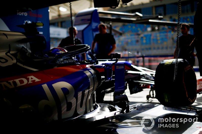 Alexander Albon, Toro Rosso STR14, dans son garage