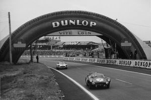 Jim Clark, Roy Salvadori, Aston Martin DBR1/30, leads John Fitch, Bob Grossman, Chevrolet Corvette