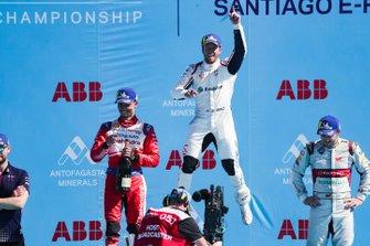 Le vainqueur Sam Bird, Envision Virgin Racing, fête sa victoire sur le podium avec le deuxième, Pascal Wehrlein, Mahindra Racing, et le troisième, Daniel Abt, Audi Sport ABT Schaeffler