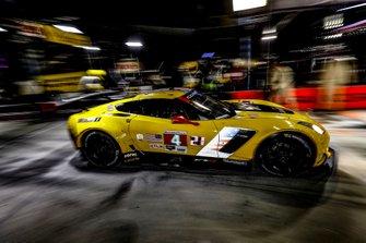 #4 Corvette Racing Corvette C7.R, GTLM: Oliver Gavin, Tommy Milner, Marcel Fassler, au stand