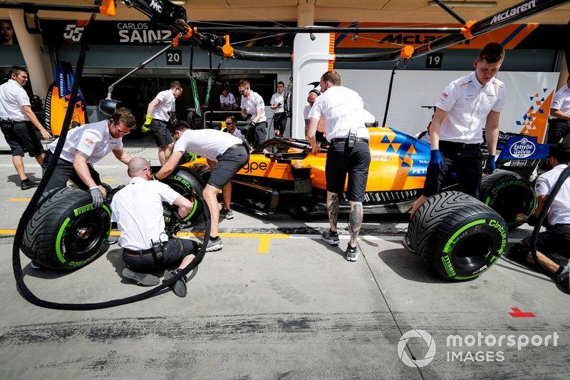 Prove di pit stop dei meccanici McLaren