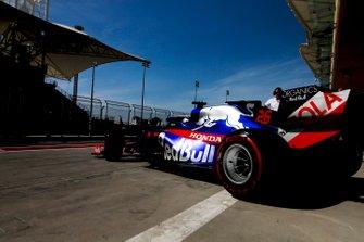 Daniil Kvyat, Toro Rosso STR14, quittant son garage