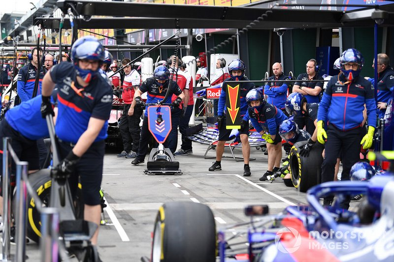 Pit stop practice with an Toro Rosso STR14