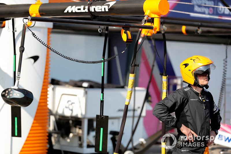 Un membro della pit crew McLaren in piedi