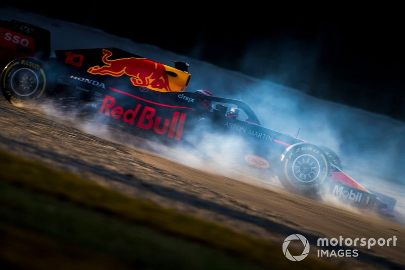 Pierre Gasly, Red Bull Racing RB15, se va a la grava