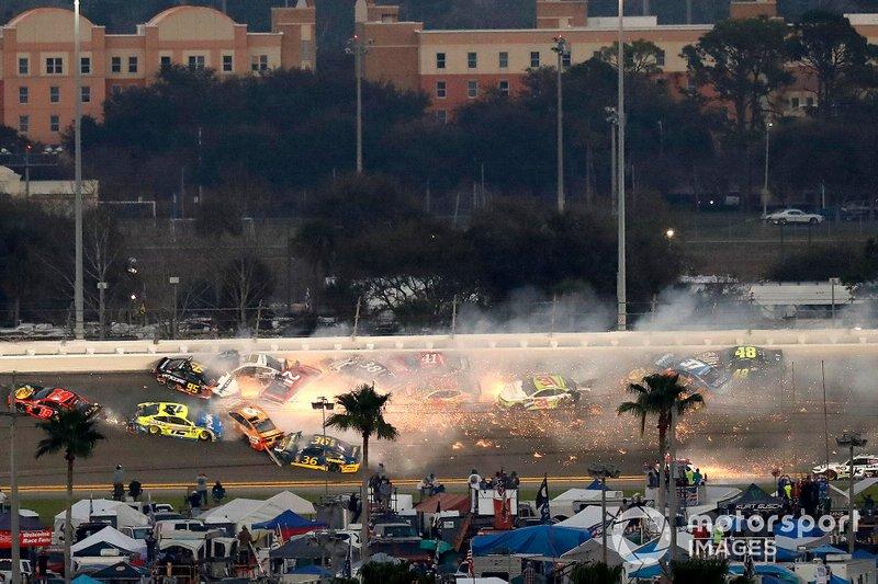Crash, Paul Menard, Wood Brothers Racing Ford, Matt DiBenedetto, Leavine Family Toyota, Aric Almirola, Stewart-Haas Racing Ford, Ryan Blaney, Team Penske Ford