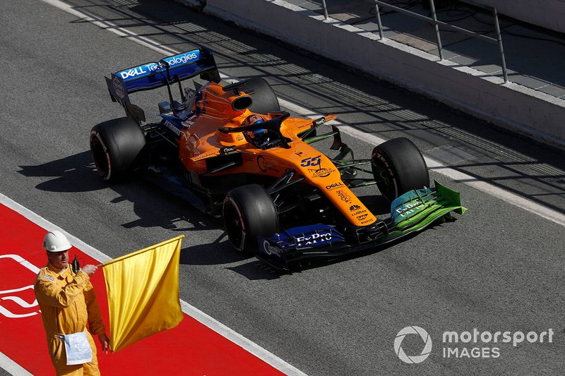 Carlos Sainz Jr., McLaren MCL34 and marshal with yellow flag