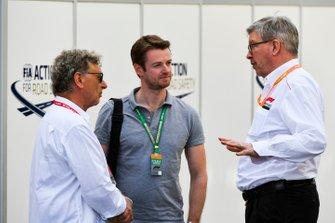 Hermann Tilke, Dr. Carsten Tilke en Ross Brawn, Managing Director of Motorsports, FOM, in de paddock.