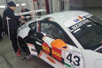 Meccanico al lavoro sulla Porsche di Jovan Lazarevic, Duell Race, nel garage