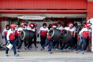 Les mécaniciens Alfa Romeo Racing se préparent pour un arrêt au stand