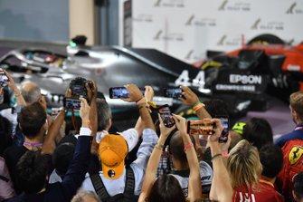 Lewis Hamilton, Mercedes AMG F1 W10, vainqueur, dans le parc fermé
