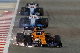 Carlos Sainz Jr., McLaren MCL34, se dirige vers les stands avec des dégâts, devant George Russell, Williams Racing FW42, et Robert Kubica, Williams FW42