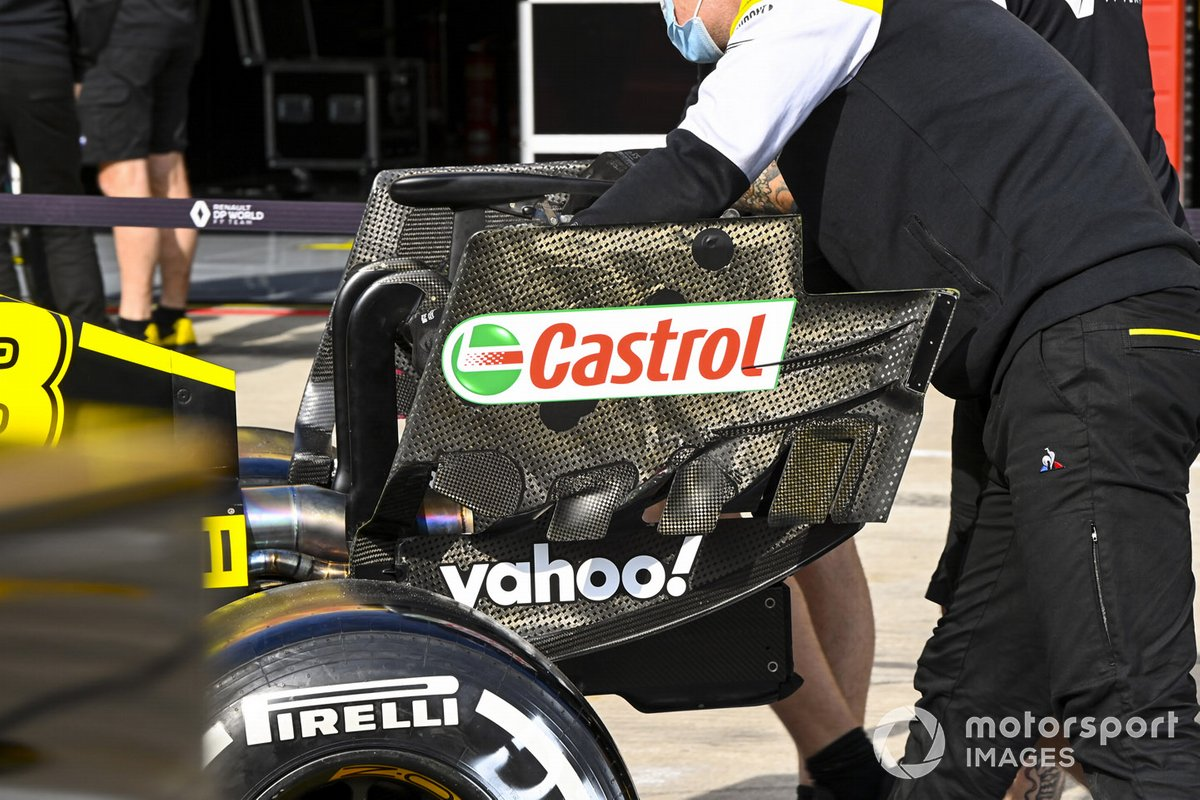 Mechanics with the car of Daniel Ricciardo, Renault F1 Team R.S.20