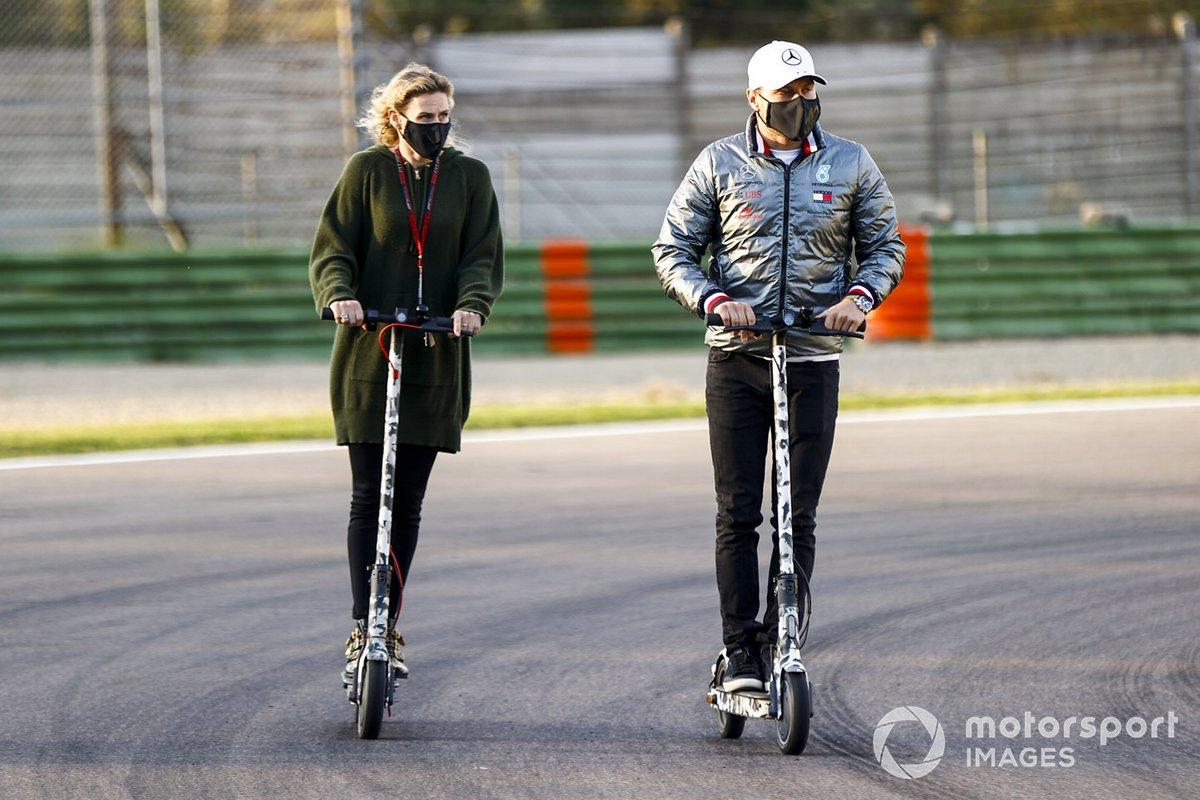 Valtteri Bottas, Mercedes-AMG F1, en la pista en un scooter con su novia Tiffany Cromwell