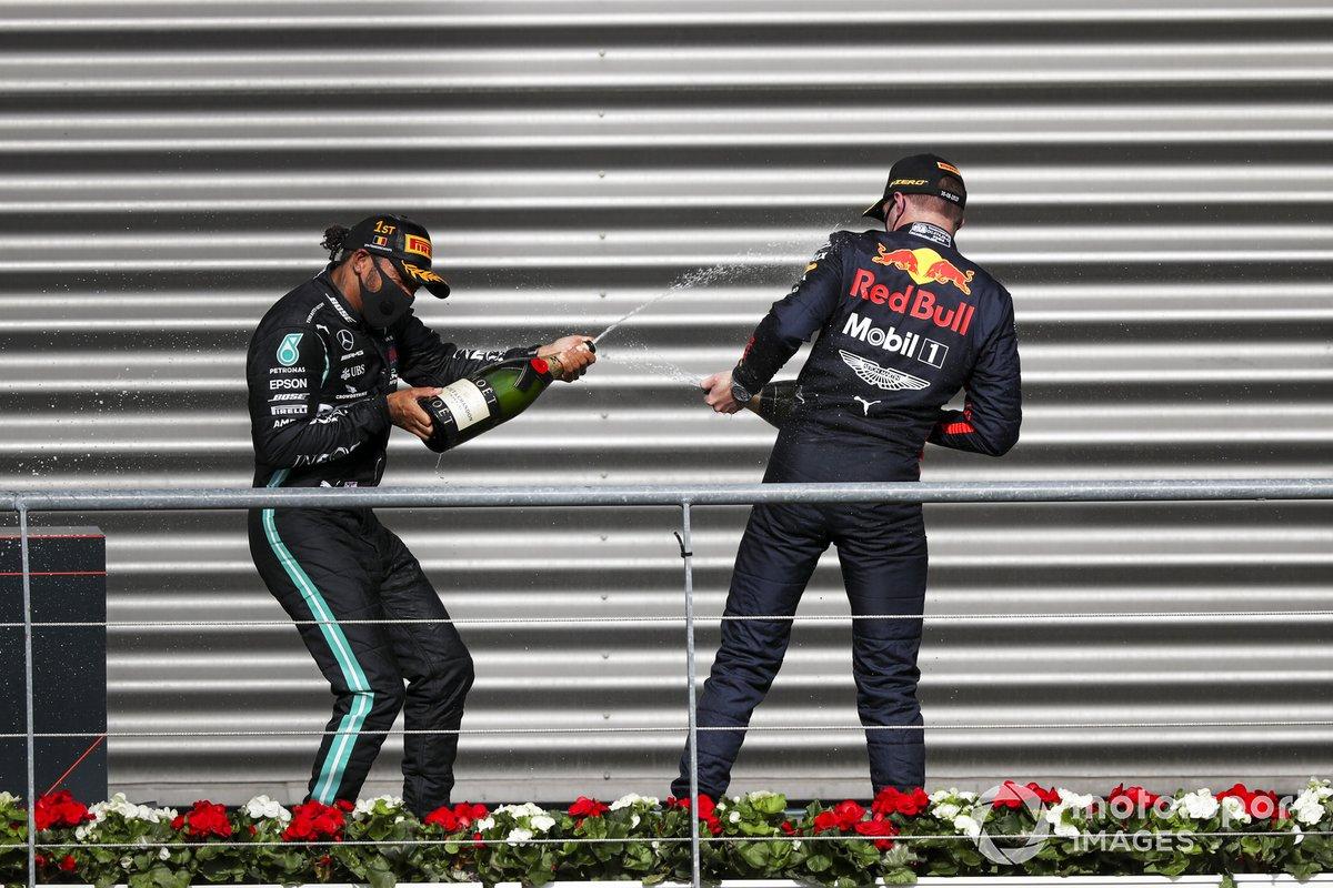 Il vincitore Lewis Hamilton, Mercedes-AMG F1 cfesteggia sul podio con Max Verstappen, Red Bull Racing e lo champagne