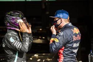Ganador de la pole Lewis Hamilton, Mercedes-AMG F1, y Max Verstappen, Red Bull Racing