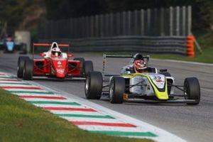 Pietro Delli Guanti, BVM Racing, precede Dino Beganovic, Prema Powerteam