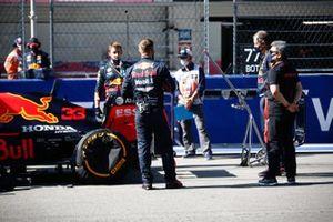 Masashi Yamamoto, General Manager, Honda Motorsport, and Red Bull mechanics on the grid
