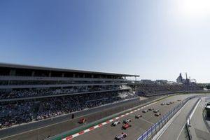 Lewis Hamilton, Mercedes F1 W11 Max Verstappen, Red Bull Racing RB16 en Valtteri Bottas, Mercedes F1 W11