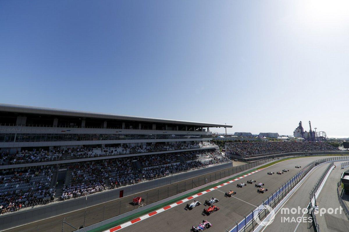 Lewis Hamilton, Mercedes F1 W11 Max Verstappen, Red Bull Racing RB16, Valtteri Bottas, Mercedes F1 W11 al inicio