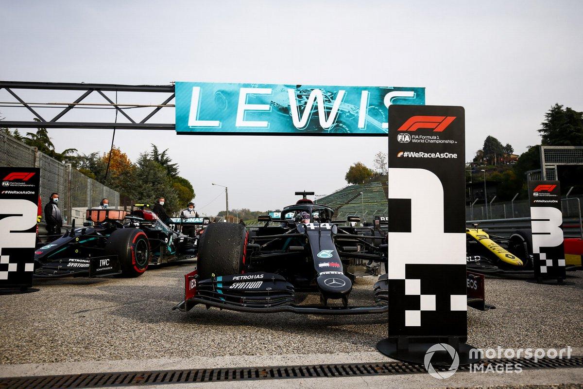 Il vincitore della gara Lewis Hamilton, Mercedes F1 W11 guida al Parc Ferme