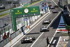 Sergio Perez, Racing Point RP20, Romain Grosjean, Haas VF-20, Nicholas Latifi, Williams FW43, e Kevin Magnussen, Haas VF-20, fuori dai box
