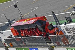 Team Ferrari sul pit wall