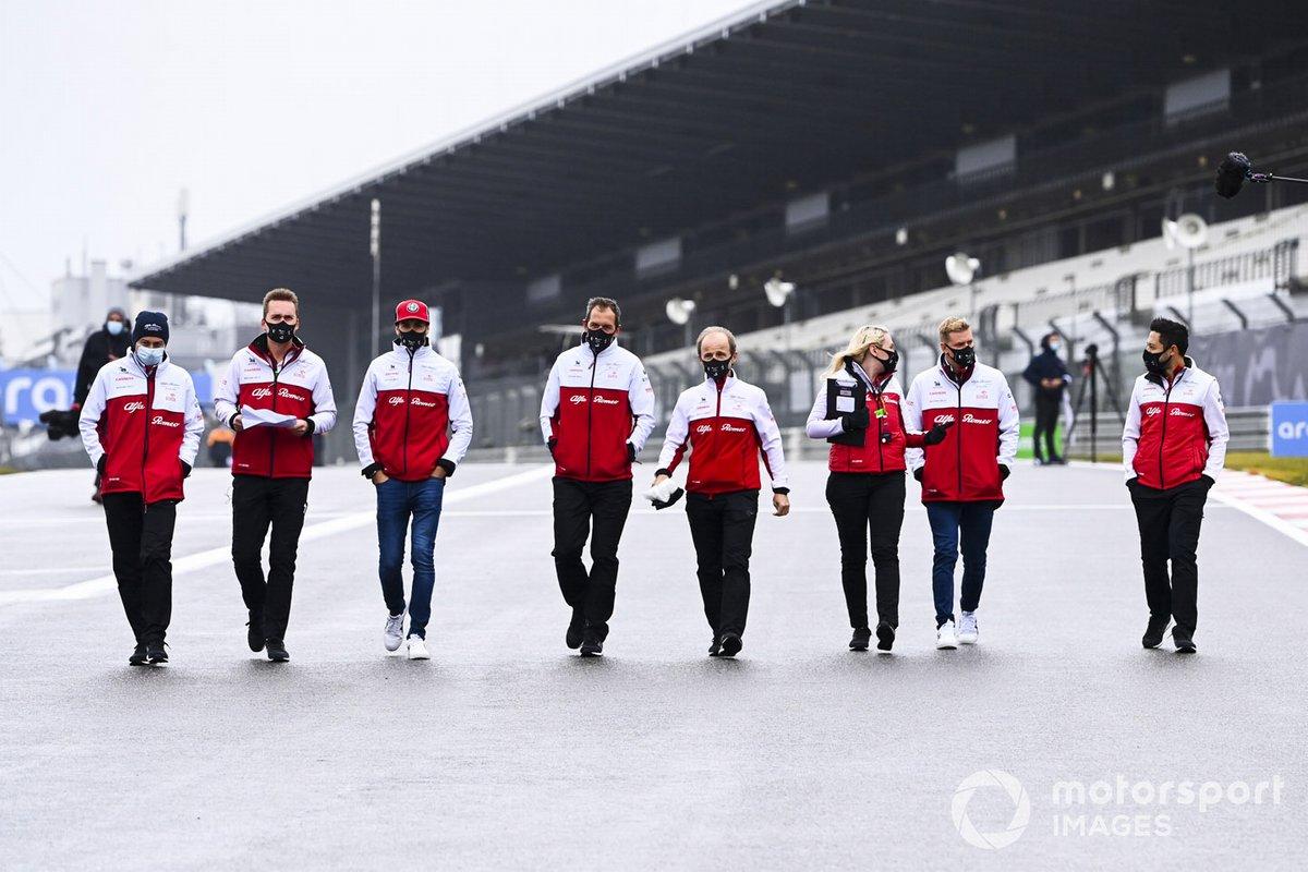 Antonio Giovinazzi, Alfa Romeo y Mick Schumacher, Alfa Romeo, recorren la pista