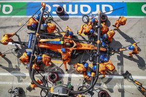 Lando Norris, McLaren MCL35, en pits