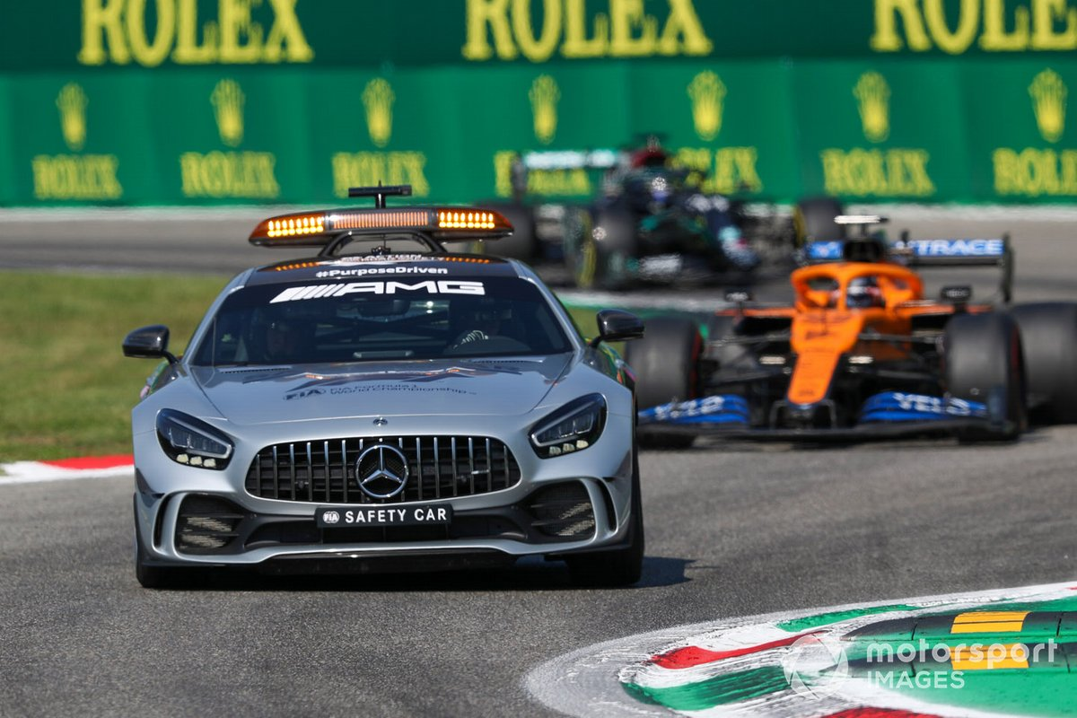 Safety Car Carlos Sainz Jr., McLaren MCL35 e Lewis Hamilton, Mercedes F1 W11