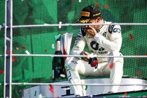 Le vainqueur Pierre Gasly, AlphaTauri, assis sur le podium pour savourer sa victoire
