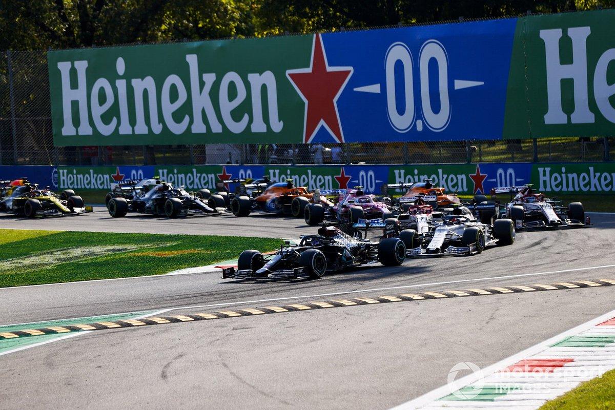 Lewis Hamilton, Mercedes F1 W11, Pierre Gasly, AlphaTauri AT01, Kimi Raikkonen, Alfa Romeo Racing C39, Antonio Giovinazzi, Alfa Romeo Racing C39, Carlos Sainz Jr., McLaren MCL35 e il resto delle auto alla ripartenza