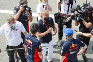 Alex Albon, Red Bull Racing, y Max Verstappen, Red Bull Racing, son entrevistados por el presentador David Coulthard
