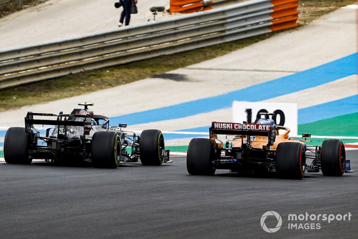 Valtteri Bottas, Mercedes F1 W11, e Carlos Sainz Jr., McLaren MCL35