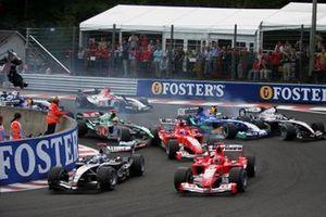 Старт: Марк Уэббер, Jaguar Cosworth R5 и Рубенс Баррикелло, Ferrari F2004, авария. Фелипе Масса, Sauber Petronas C23 и Кими Райкконен, McLaren MP4-19B, авария