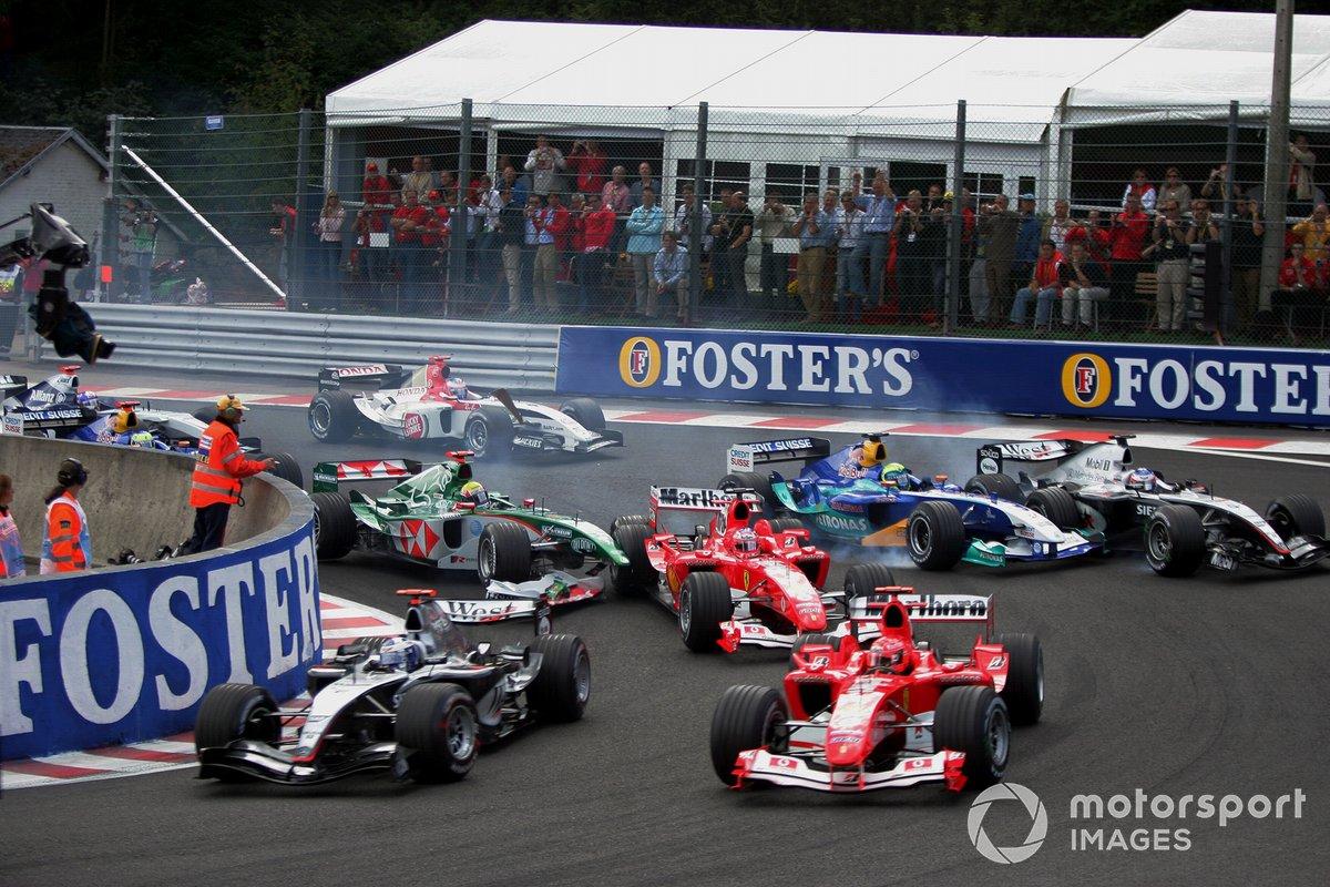 Неизбежная толчея в «Источнике» привела к столкновениям: Марк Уэббер, выступавший за Jaguar, налетел сзади на Ferrari Баррикелло. На этом же кадре отлично видно, как Sauber Фелипе Массы сталкивается с McLaren избравшего внешний радиус Райкконена