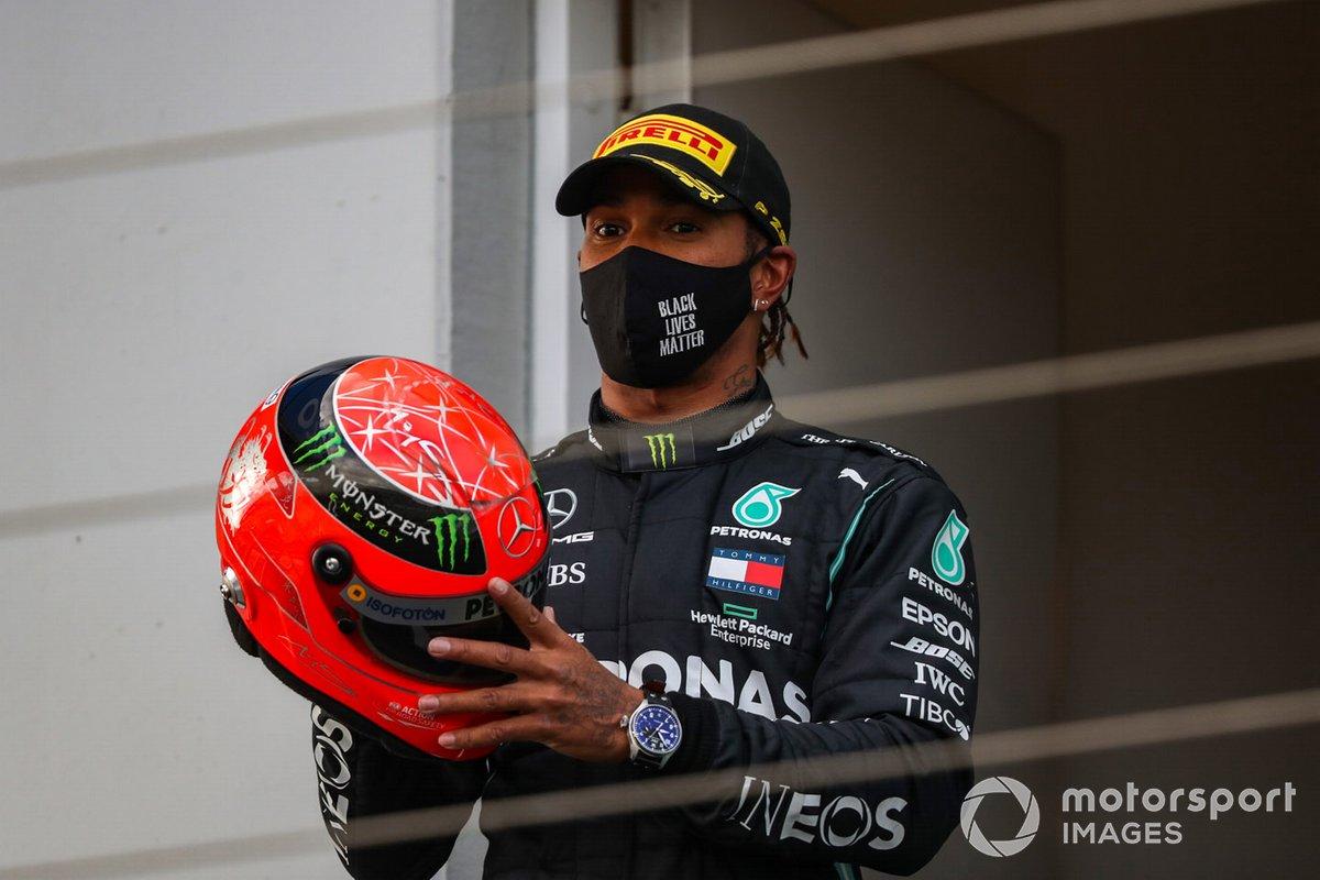 Podio: ganador de la carrera Lewis Hamilton, Mercedes-AMG F1 con el casco de Michael Schumacher de 2012