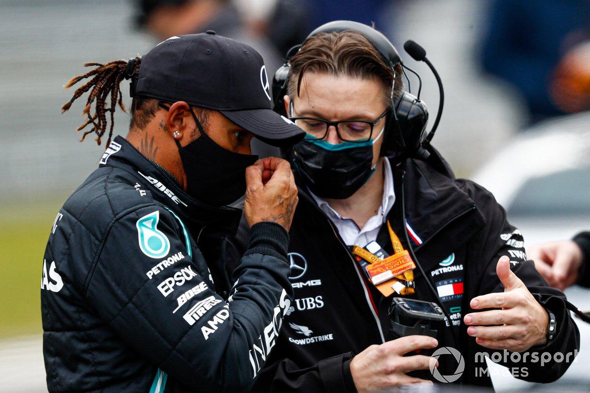 Lewis Hamilton, Mercedes-AMG F1, con Andrew Shovlin, Ingeniero Jefe de Carreras, Mercedes AMG, en la parrilla