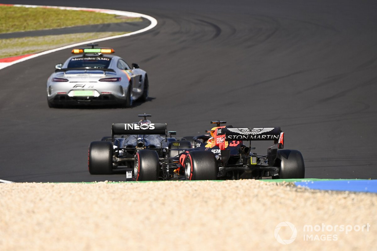 La Safety Car Lewis Hamilton, Mercedes F1 W11 e Max Verstappen, Red Bull Racing RB16