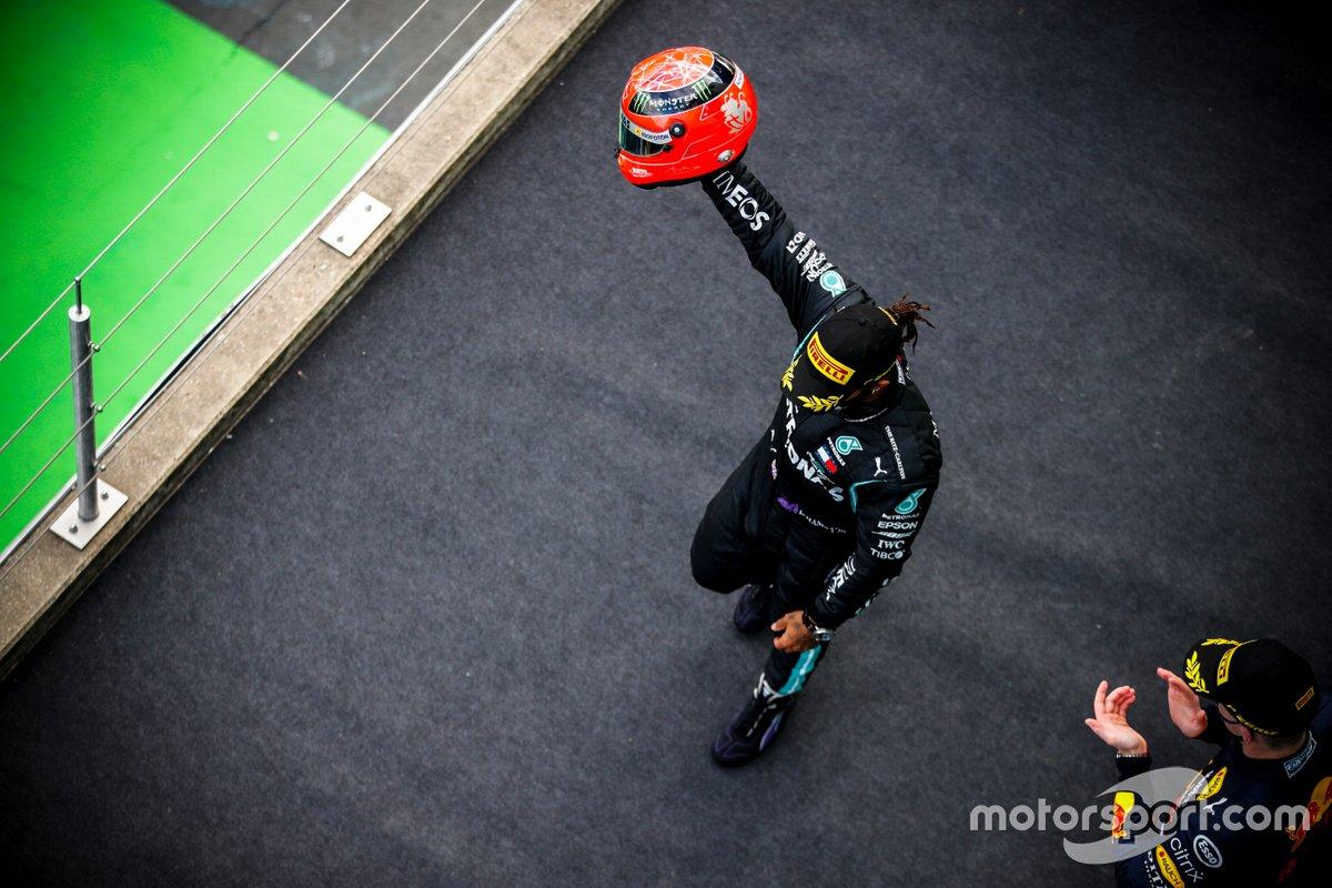 Podio: ganador Lewis Hamilton, Mercedes-AMG Petronas F1, con el casco de Michael Schumacher de 20212