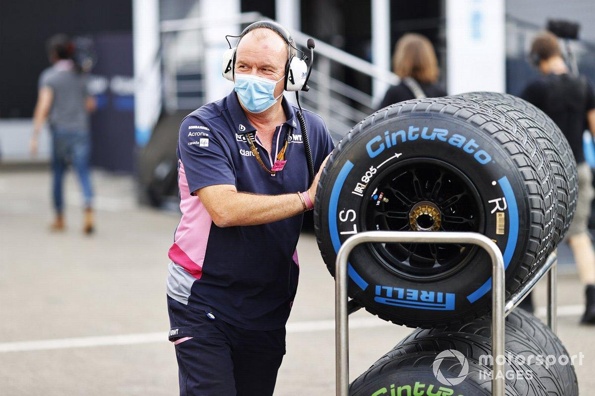Un miembro de Racing Point con los neumáticos Pirelli de lluvia