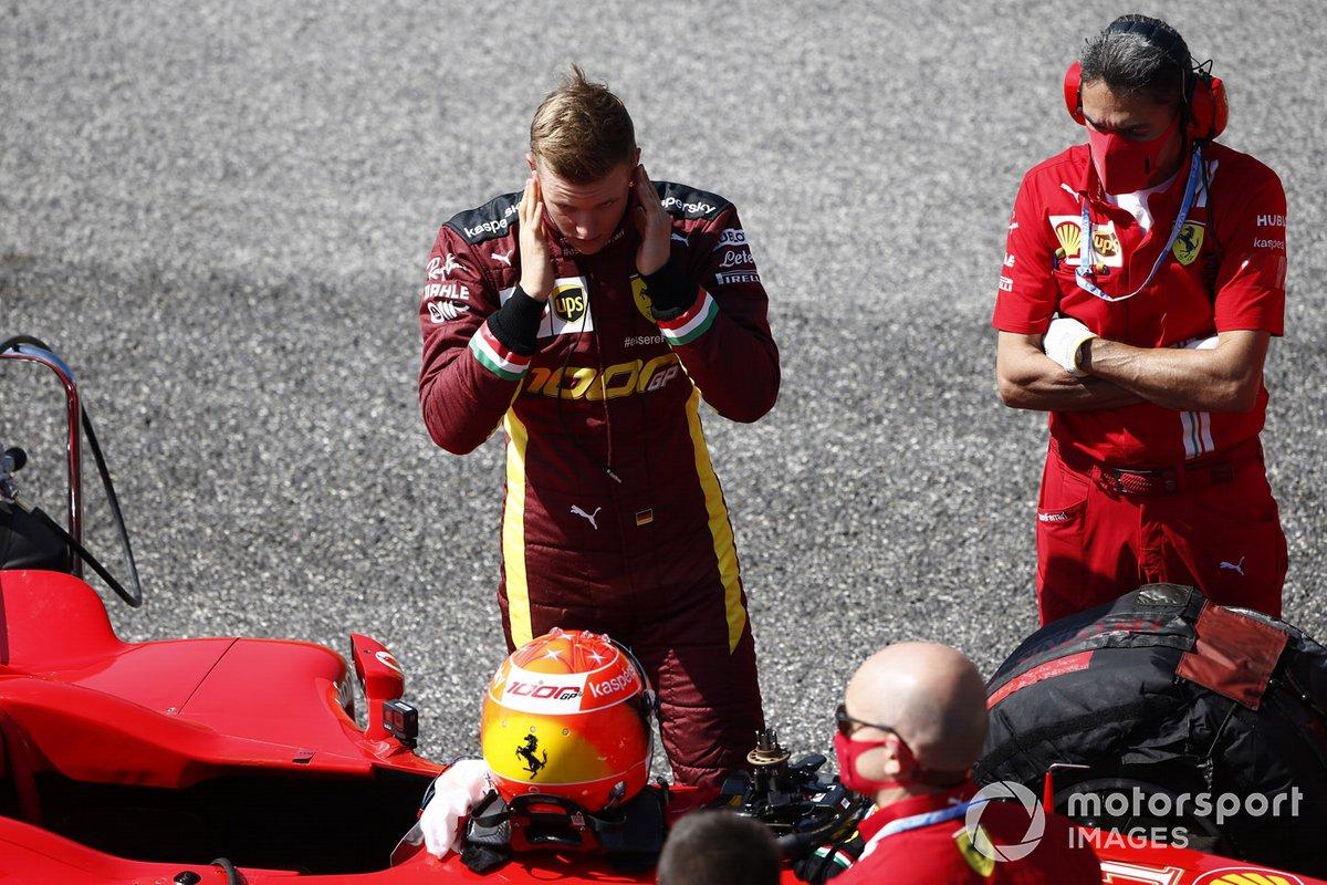 Los mecánicos de Ferrari con el Ferrari F2004 y Mick Schumacher
