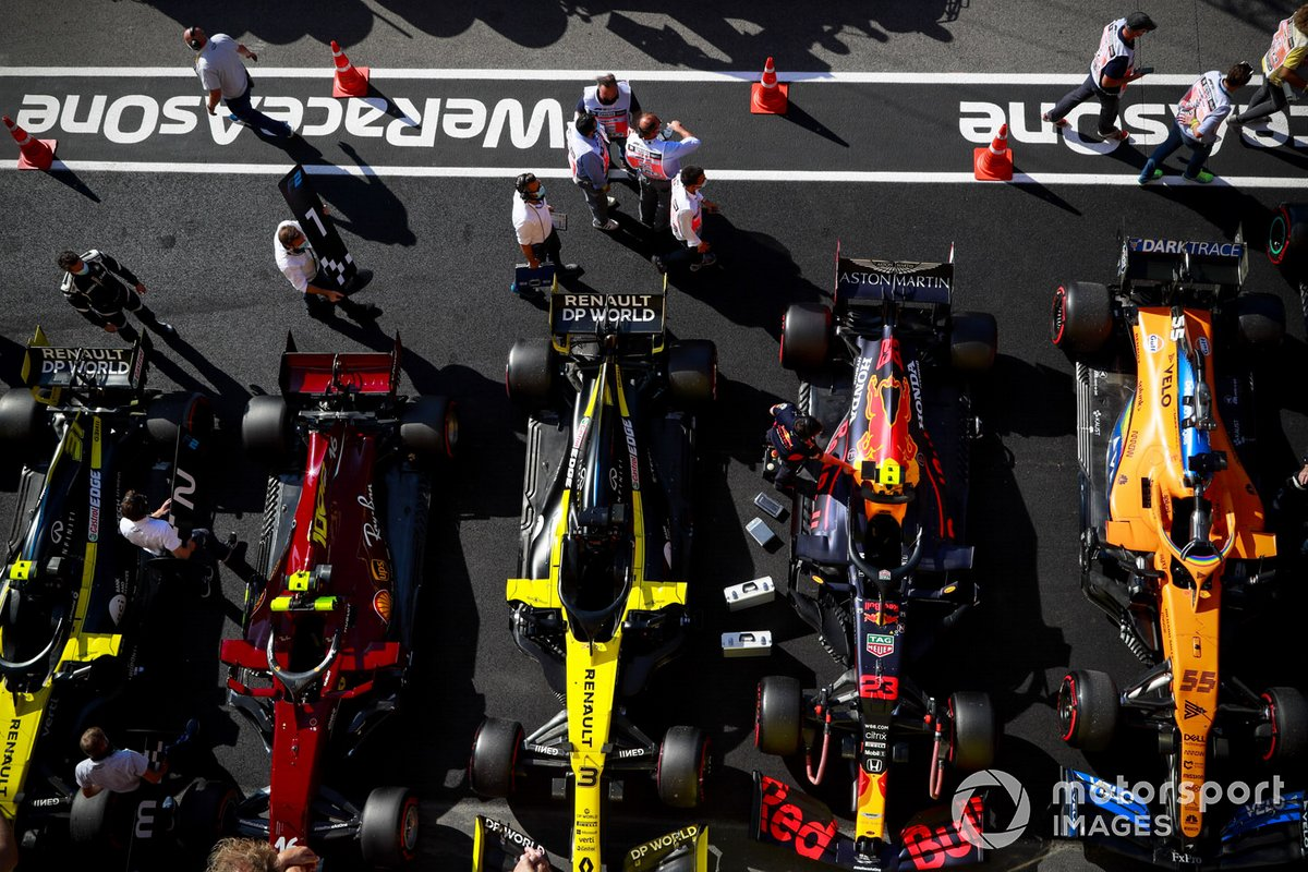 Los monoplazas de Esteban Ocon, Renault F1 Team R.S.20, Charles Leclerc, Ferrari SF1000, Daniel Ricciardo, Renault F1 Team R.S.20, Alex Albon, Red Bull Racing RB16, Carlos Sainz Jr., McLaren MCL35, en Parc Ferme después de calificar