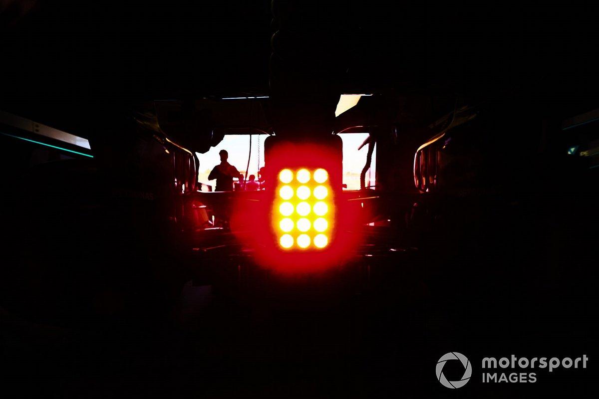 Luce posteriore della Mercedes F1 W11 in garage