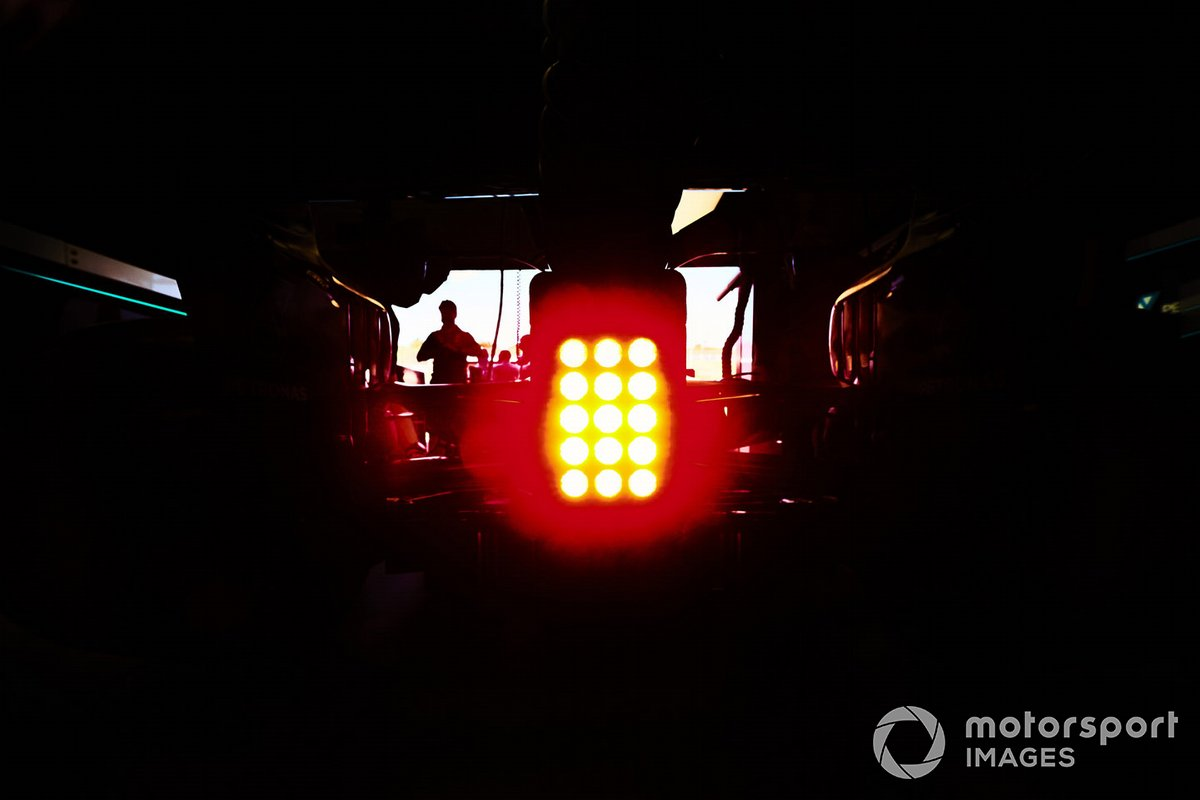 La luz trasera del Mercedes F1 W11 en el garaje