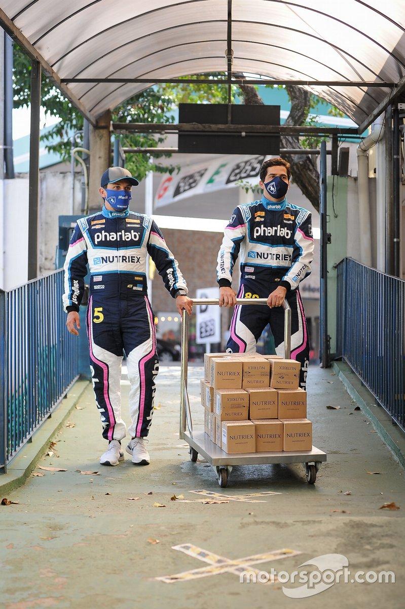 Navarro e Gomes na primeira entrega do Milhão Solidário da Stock Car em Londrina (PR)