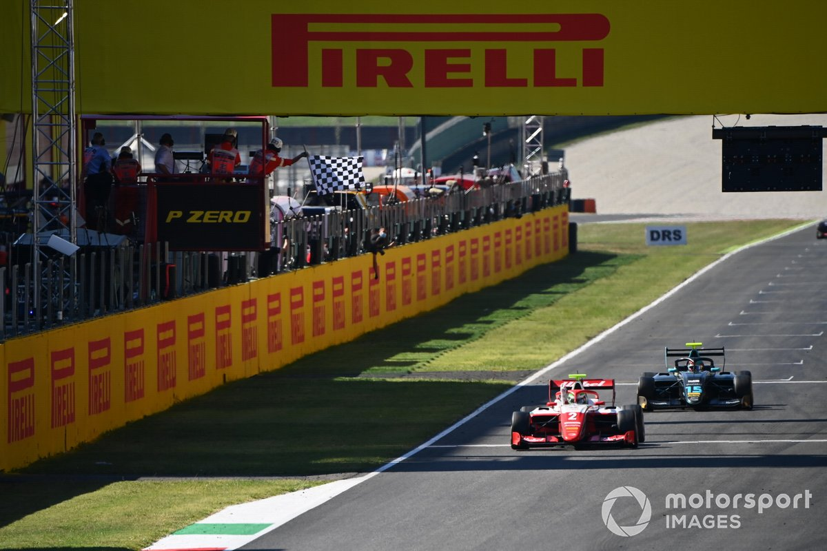 Winner Frederik Vesti, Prema Racing, Jake Hughes, HWA Racelab cruzan la meta