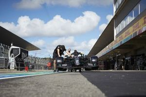 Mechanics with the car of Valtteri Bottas, Mercedes F1 W11, in the pit lane