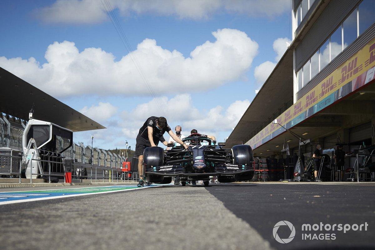 Механики с машиной Валттери Боттаса, Mercedes F1 W11, на пит-лейне